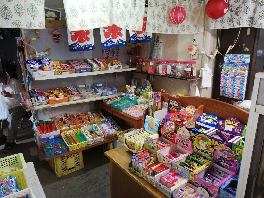 北沼公園の東隣の駄菓子屋の内観