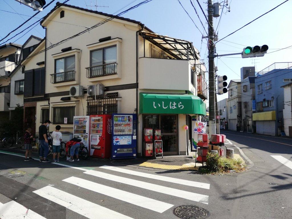 葛飾区の新宿交通公園の前にある駄菓子屋