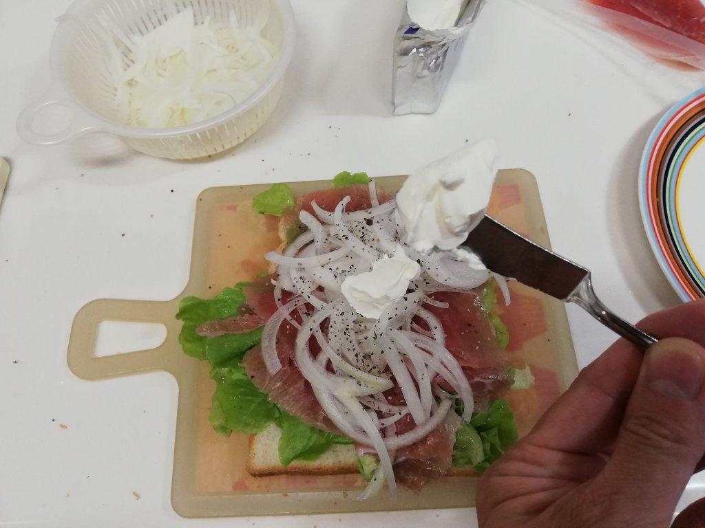業務スーパーのクリームチーズをサンドイッチに入れる
