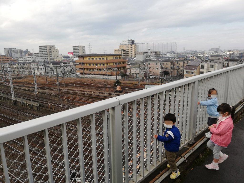 上一色陸橋の上でトレインビューを楽しむ子供たち