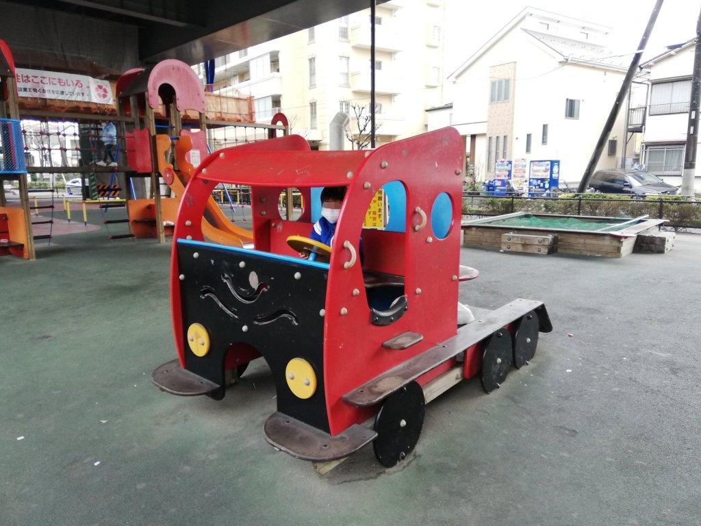 環七高架下南児童遊園のトラックの遊具