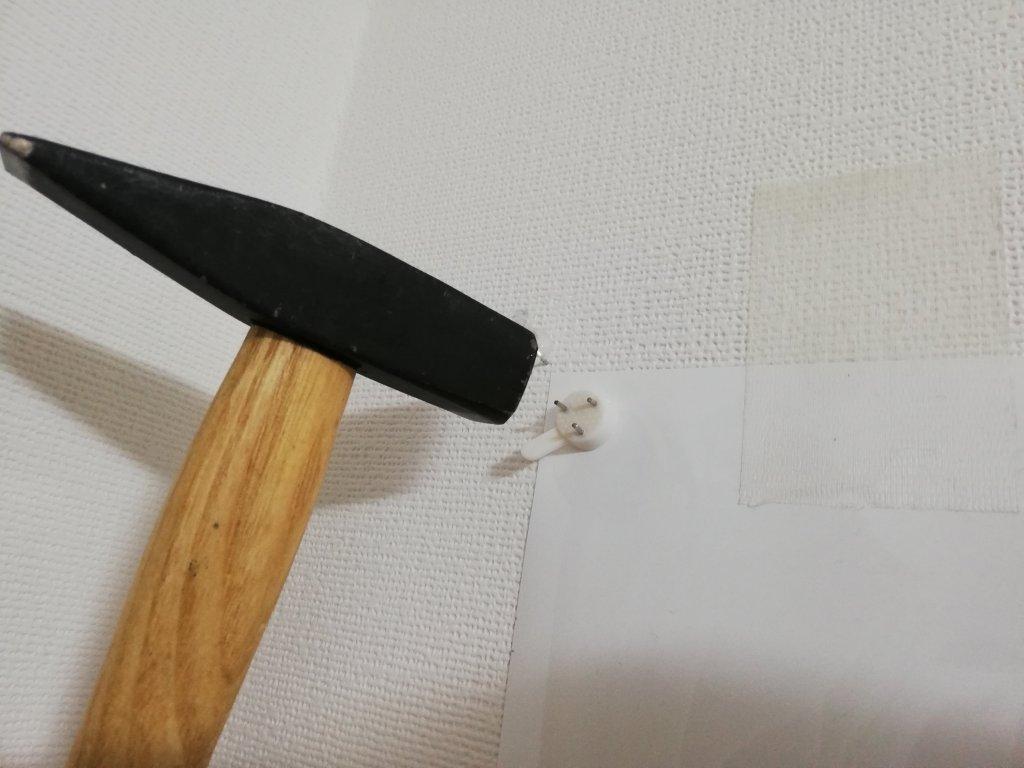 fudo ホワイトボードシートを画鋲で壁に打ち付ける