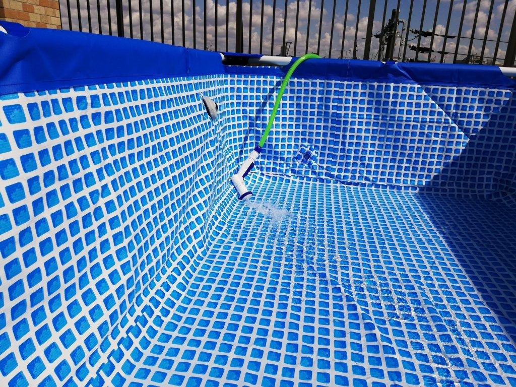 INTEXのフレームプールにホースから水を注ぐ