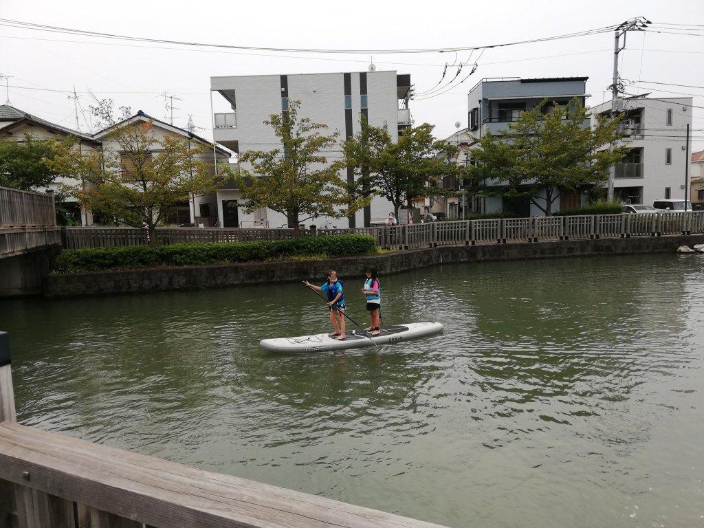 江戸川区船堀の新川でボートにのる子供たち