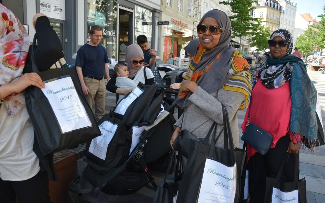Uzma uddeler Ramadanpakker til hjemløse