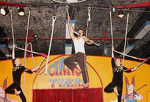 Fest og mindehøjtidelighed i Cirkus Tværs
