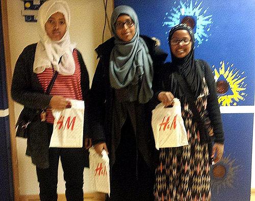 Tre piger uddannet i henna-design