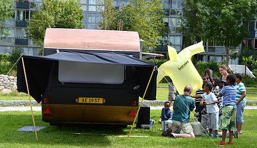 Film i campingvognen og flyvende skilte