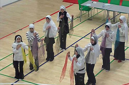 Al Nours piger på vej mod Ry