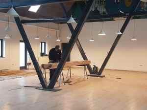 Håndværkerne er nu rykket ind i Laden og er blandt andet gået i gang med at udskifte gulvene.