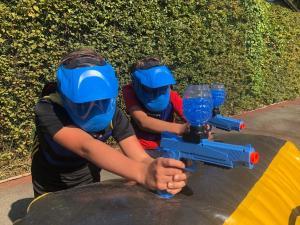2 jongens met Gellyball pistolen
