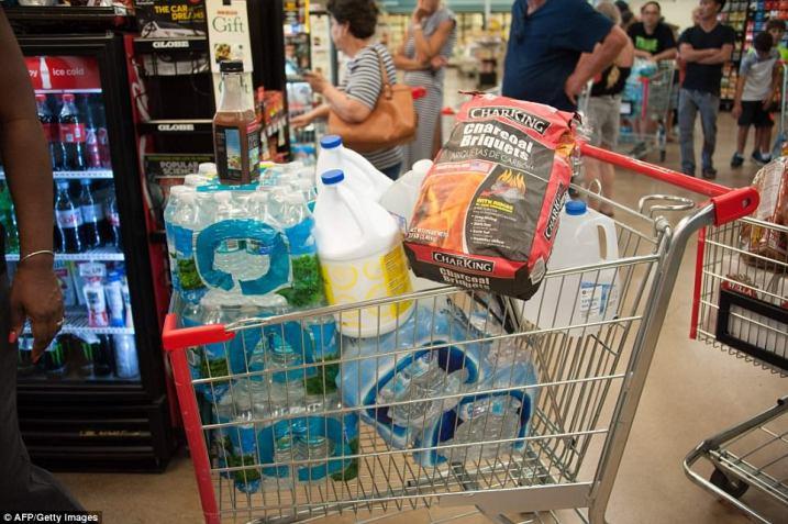 43FB9FE200000578-4860240-People_make_Hurricane_Irma_preparations_at_a_Winn_Dixie_store_in-a-57_1504754248136