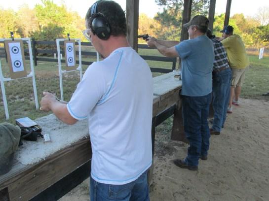 aulas-de-arco-flecha-tira-com-arma-de-fogo