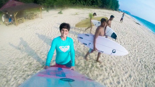 Gue, Yudi dan temen2 surfer lokal Aceh sesaat sblm basah :D