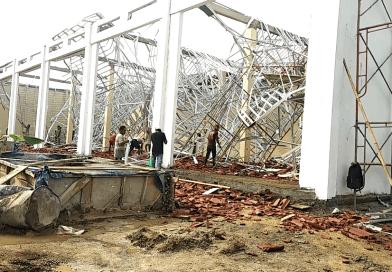Atap Gedung Proyek Pembangunan Posko Damkar dan Garasi Ambrol