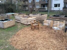 Die Sitzecke nimmt Gestalt an, nachdem die Beete neu ausgerichtet wurden.