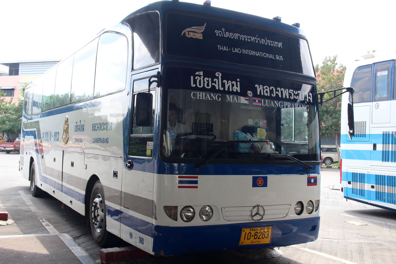 bus to cross the border from Thailand to Laos