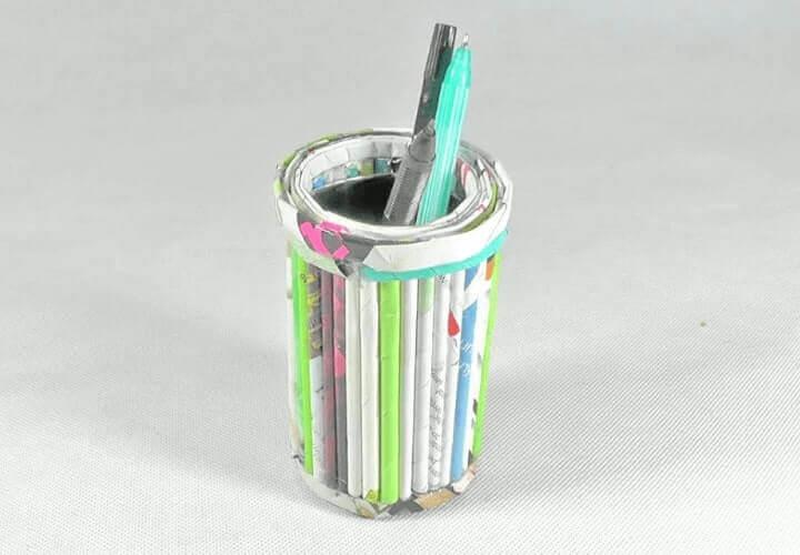 tempat pensil dari koran bekas