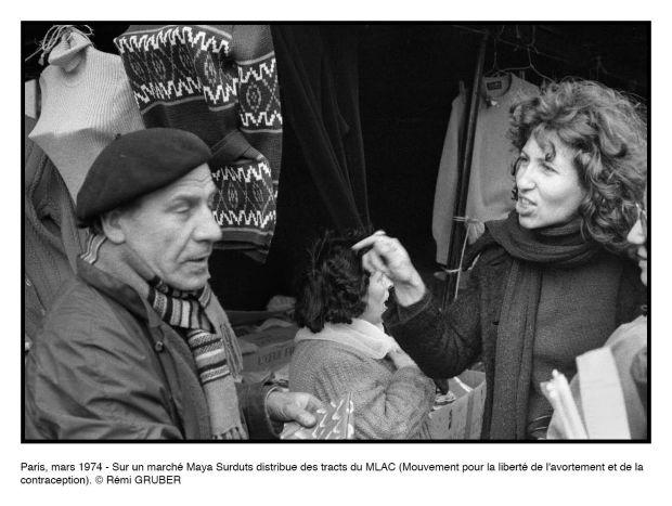 Paris, mars 1974 - Sur un marché Maya Surduts distribue des tracts du MLAC (Mouvement pour la liberté de l'avortement et de la contraception).