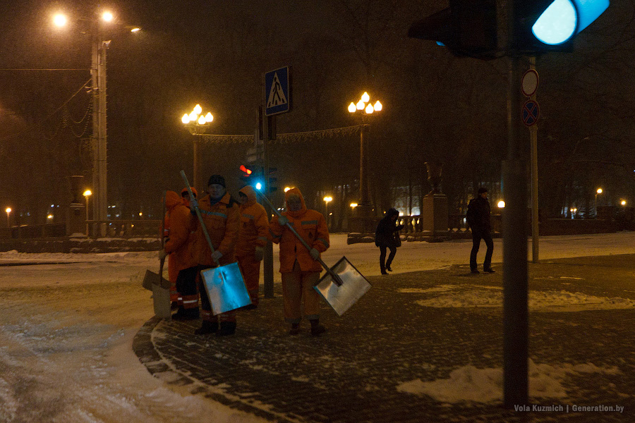 The Government of Minsk was not winterisated in time. Public utility employees were urgently raised to clean the streets.