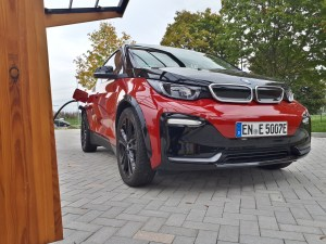 BMW i3s beim Laden an Fastned