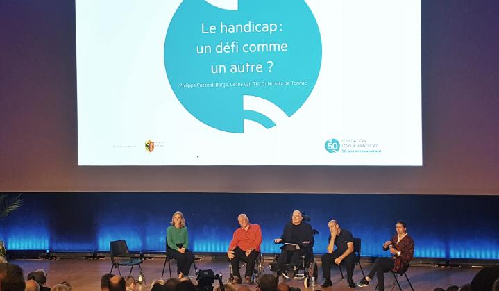 intervenants en fauteuil roulant à une conférence