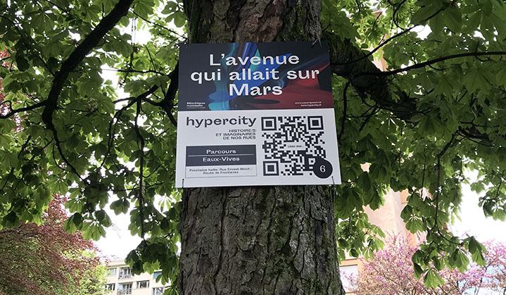 écriteau et QR-code sur un arbre