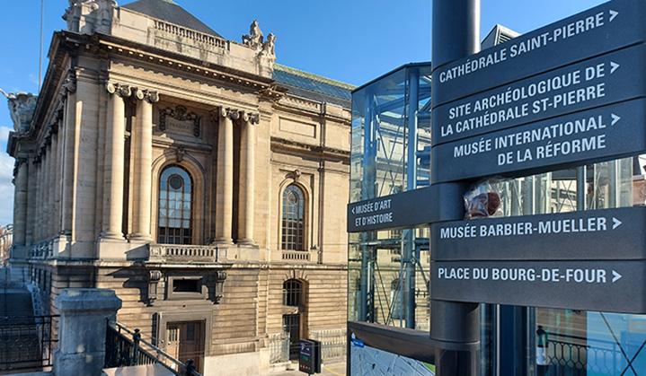 panneaux près du Musée d'art et d'histoire de Genève