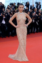 Bella Hadid en Roberto Cavalli haute couture, escarpins Stuart Weitzman et bijoux De Grisogono