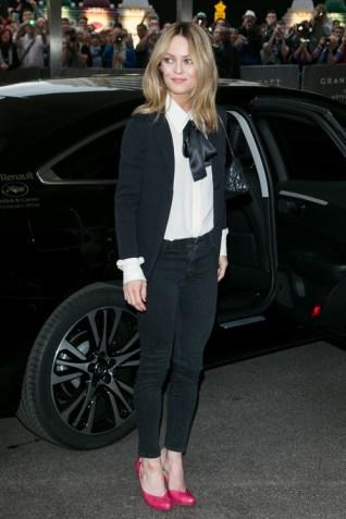 Vanessa Paradis portant une veste et un chemisier Chanel