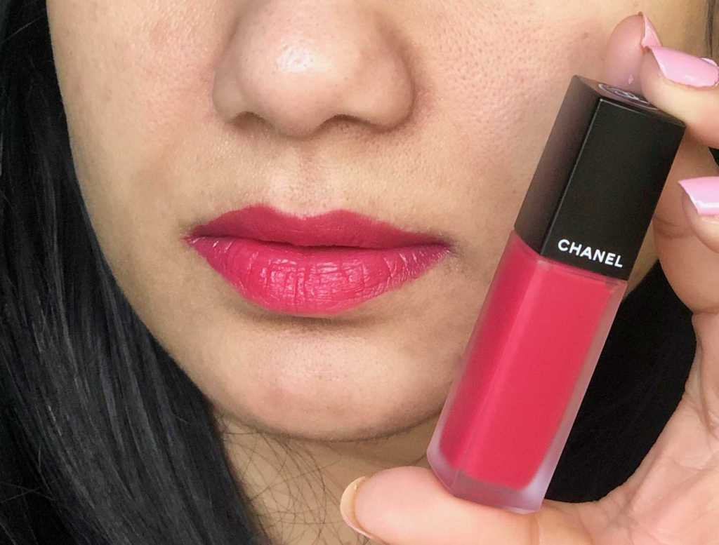 Holding in hand and swatching on lips Chanel Rouge Allure Ink shade Euphorie