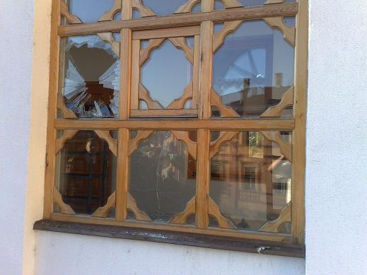 The Careva mosque was stoned by unknown persons the night before the burial.