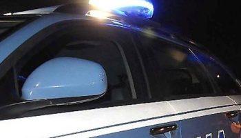 Spaccia a bordo di auto depoca. la polizia sequestra denaro e