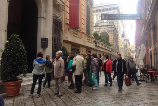 palazzo-bianco-turisti-inverno