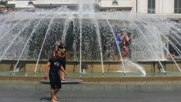 Fontana di De Ferrari, turisti tutti a mollo per il caldo. Danneggiato uno dei getti – IL VIDEO