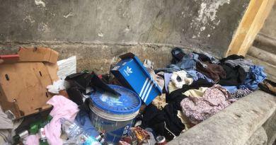 Fontana Vacchero piena di spazzatura. Il Municipio, su richiesta della Lega, la pulisce. La storia della fontana e della colonna infame