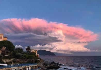 La nuvola a ventaglio che tutta Genova sta fotografando. Voi l'avete vista?