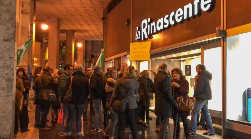 I lavoratori Rinascente nel black friday manifestano davanti al magazzino e chiedono ai genovesi di non entrare