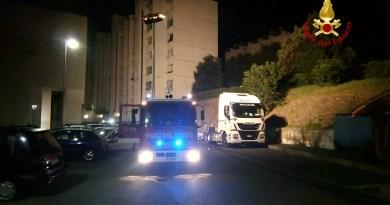 Camion a fuoco in via Vittorini. Danni limitati grazie ai vigili del fuoco