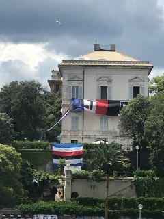 Le bandiere che sventolavano sul bene tutelato