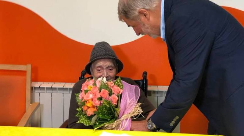 I 106 anni dell'ostetrica Amelia, il sindaco Bucci va a farle gli auguri con un mazzo di fiori