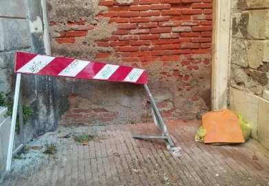 Salita della Concezione, materiali abbandonati da mesi davanti alla scuola Daneo
