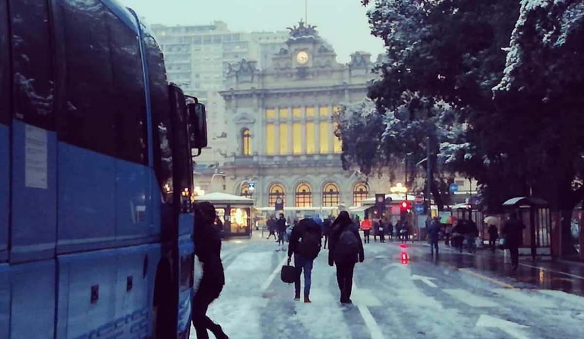 Neve, bus bloccati in collina, 18 metri fermi in corso Europa, mezzi difficoltà in centro