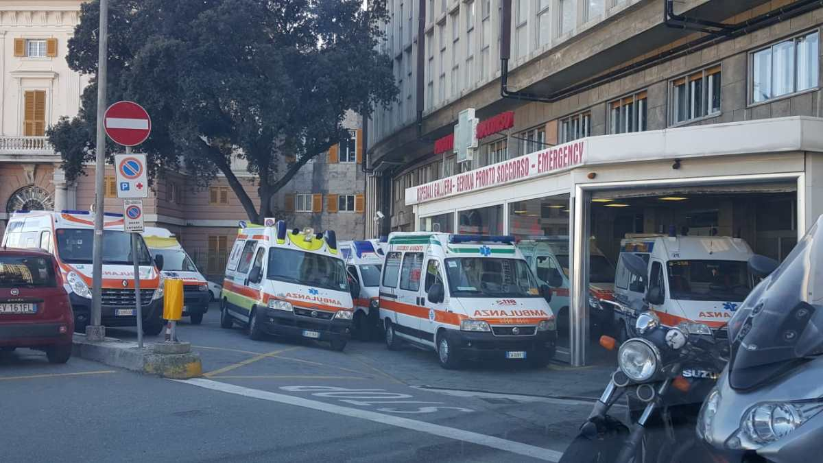 Galliera, coda di ambulanze al pronto soccorso