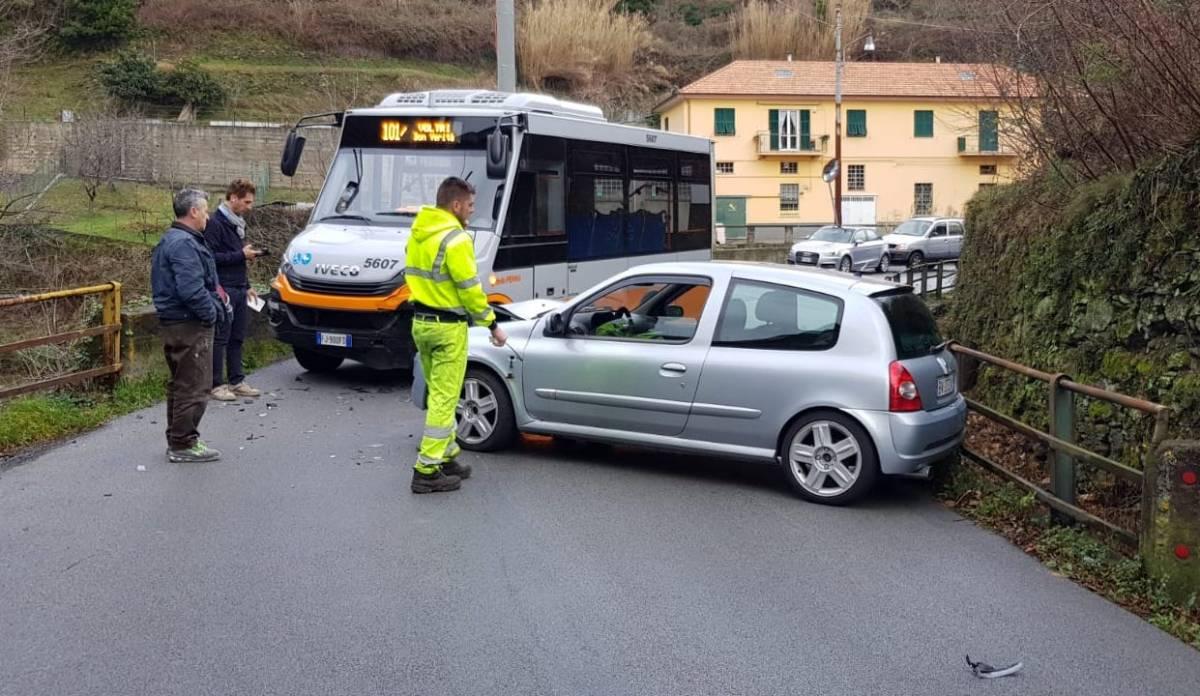 Scontro tra bus e veicolo privato, via Acquasanta bloccata