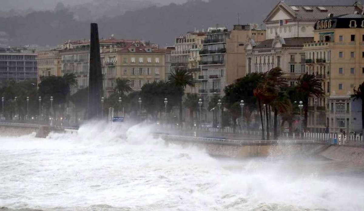 Maltempo sulla costa francese, Nizza chiude spiagge e lungomare