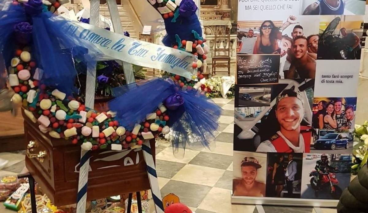 Il funerale di Andrea Corsini,  morto per inseguire un ladro. Corteo tra clacson e rombo di motori