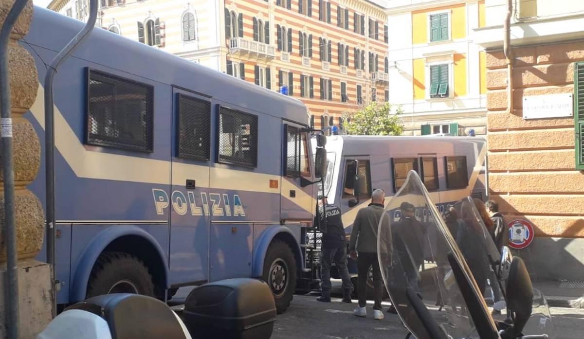 Piazza Marsala già blindata. FOTO E VIDEO - Cancellate nella notte le scritte antifasciste