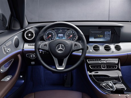 - Mercedes-Benz_steering_wheel_050813