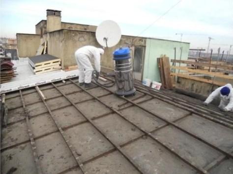 Addetti della Frassi all'opera su un tetto